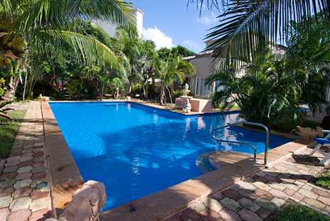 Swimming pool in the courtyard between the Sirena vacation rental villas and condos