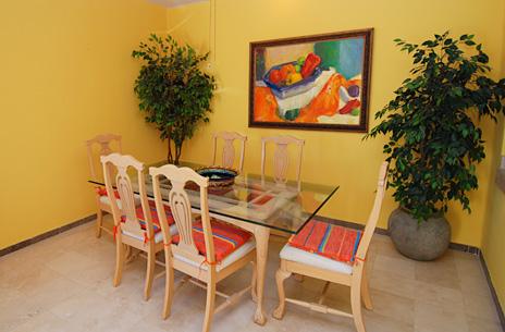 Villa del Mar 205C dining area seats 6 in this vacation rental condo in Puerto Aventuras